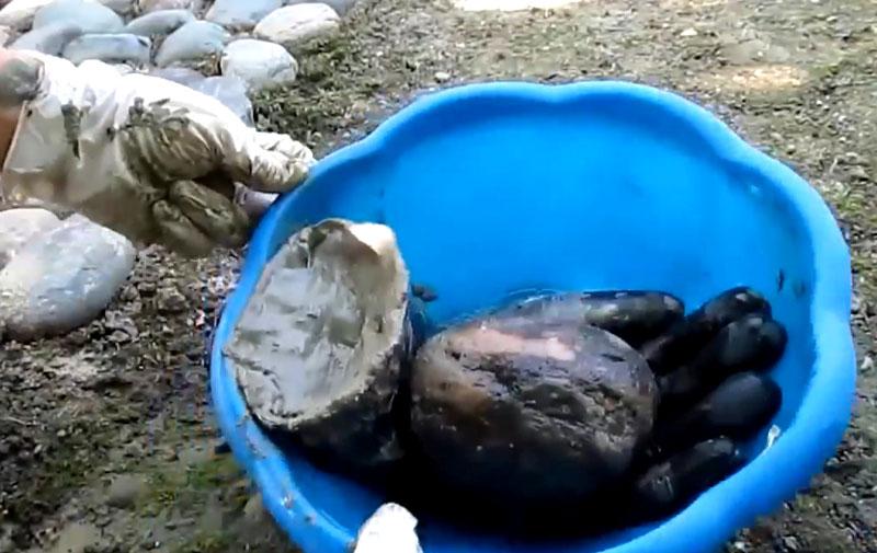 В импровизированную Самсонову руку укладываем цементный шарик
