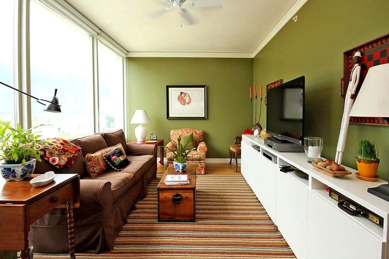 ФОТО: homeandlivingdecor.com Узкая комната получилась более вытянутой благодаря неправильному выбору мебели