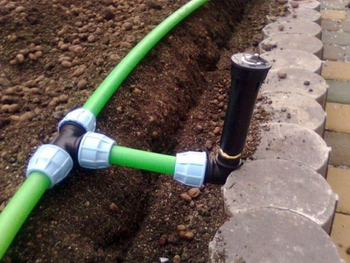 Для создания разводки в системе автоматического полива чаще всего используют обычные трубы из полимера