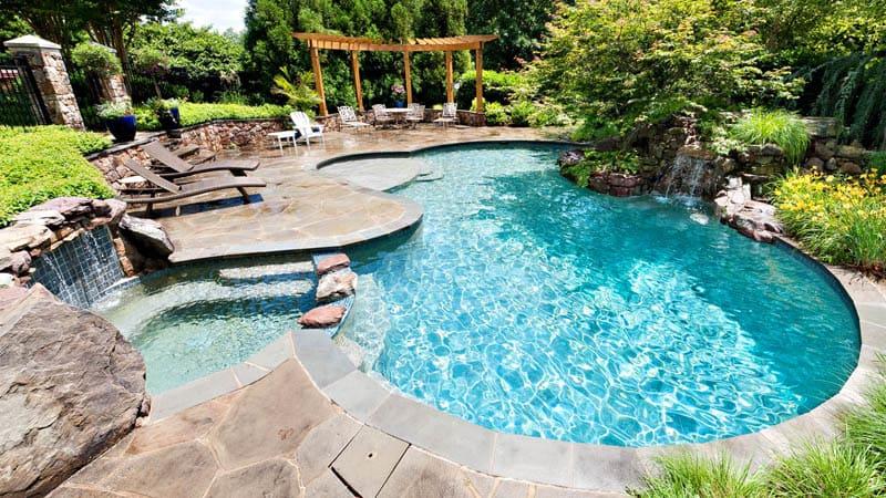 Форма и размер бассейна зависят от личных предпочтений владельцев