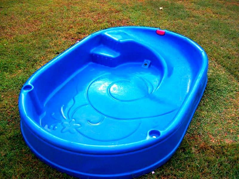 Для установки пластикового бассейна потребуется вырыть соответствующий котлован либо поместить его в каркас из дерева