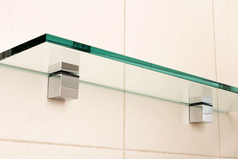 В ванной комнате категорически нельзя устанавливать полочки с острыми углами