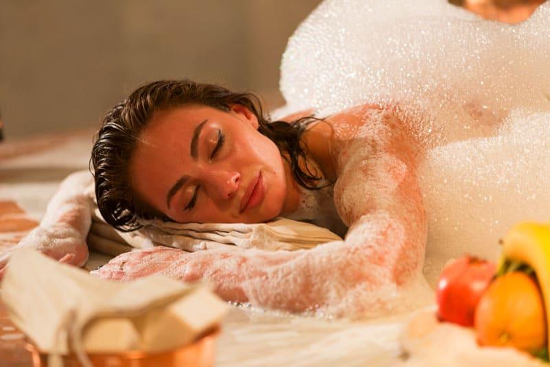 «Пенный» массаж является превосходным косметическим средством, повышающим упругость и гладкость кожи
