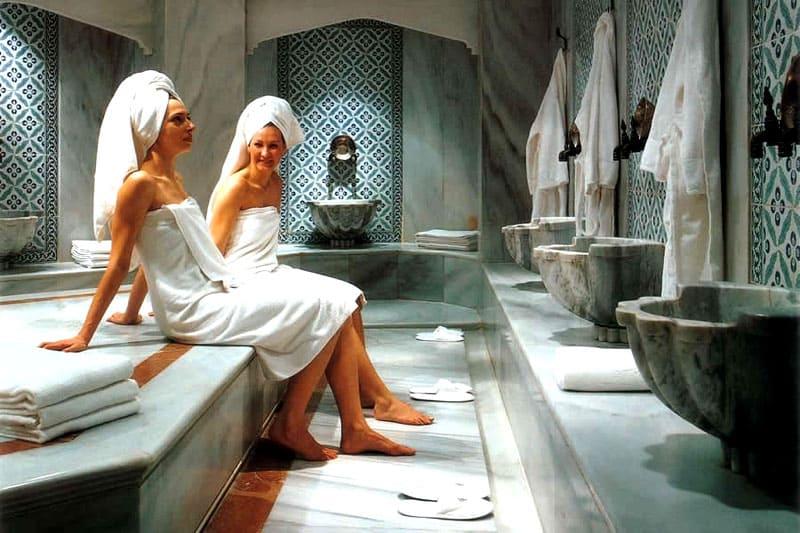 Полотенце, прикрывающее наготу в хаммаме, обозначается словом «саронг»