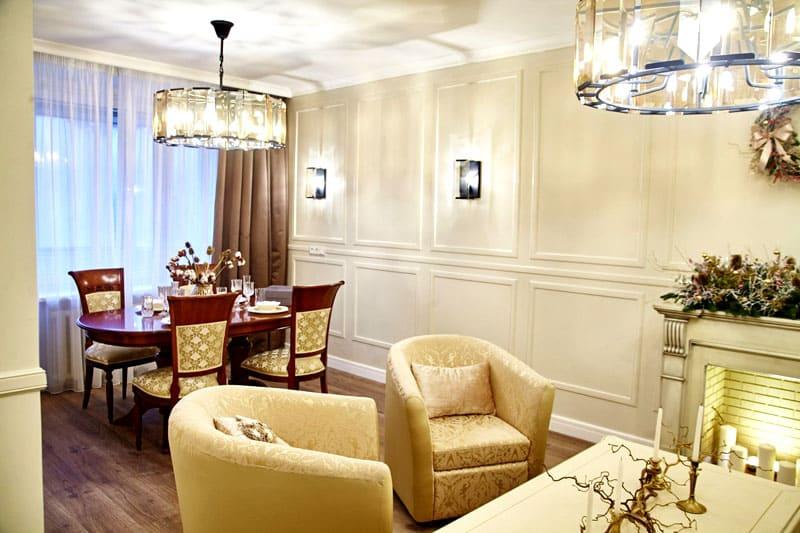 Молдинги на стенах удачно дополнили интерьер гостиной