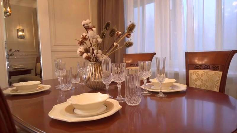 Для классической сервировки стола прекрасно подошёл белый фарфор и хрусталь