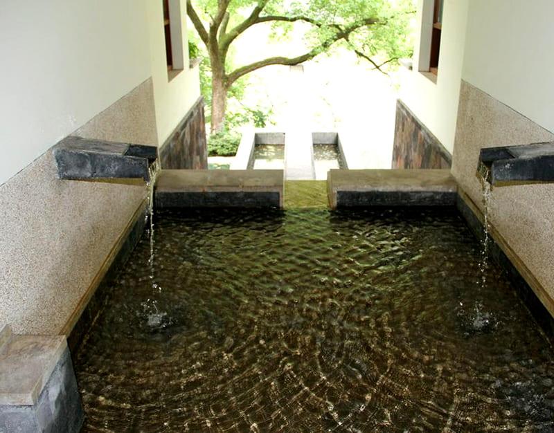 Термальные источники постоянно пополняют бассейн целебной водой