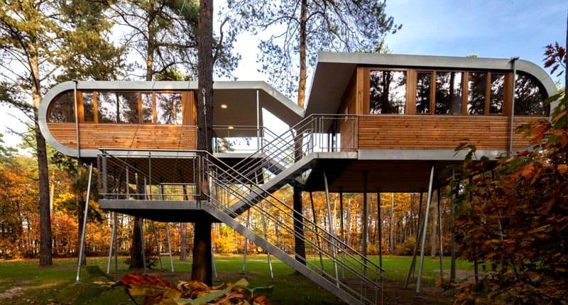 Дом имеет внушительные размеры и сложную конструкцию – две части, каждая из которых отделена от другой лестницей и террасой