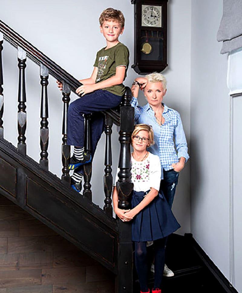 Лестница выполнена из натурального дерева и покрашена в чёрный цвет