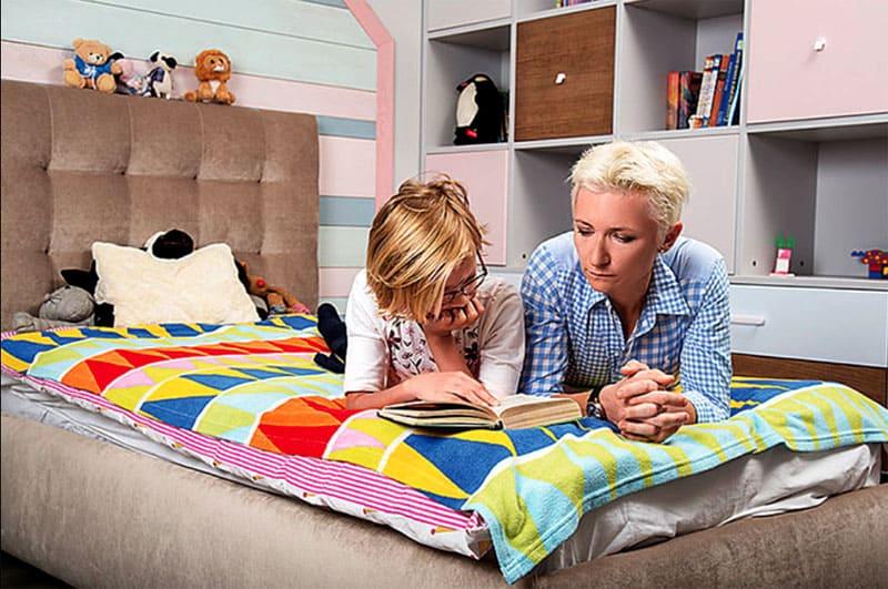 Пастельную гамму в комнате дочки разбавляют зефирно-розовые оттенки