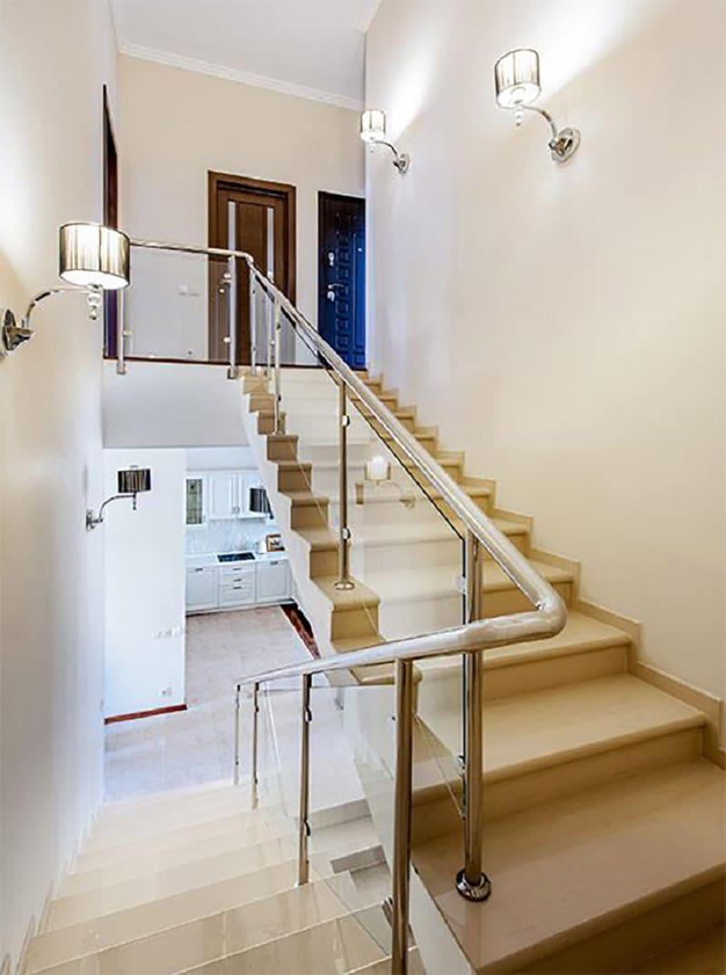 На второй этаж ведет лестница в светло-молочном цвете с хромированными перилами и закаленным стеклом
