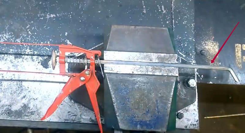 Отрезать стержень поршня с помощью болгарки необходимо примерно в этом меcте
