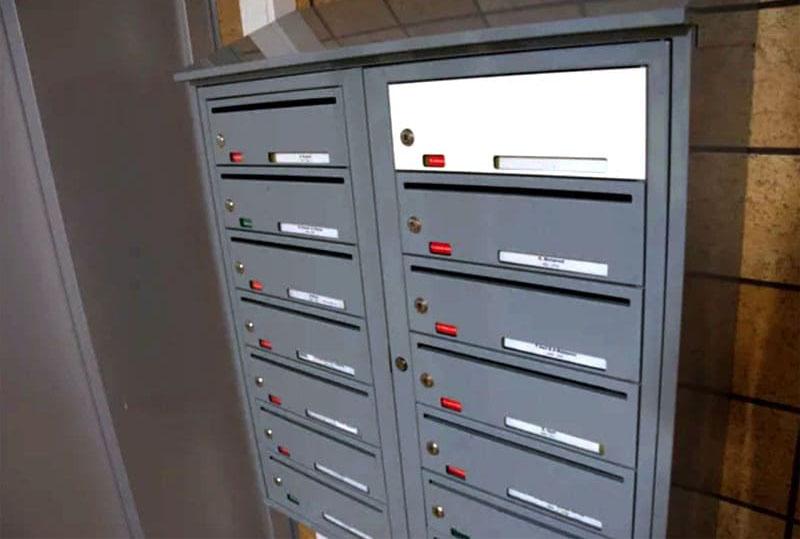 На почтовых ящиках указана фамилия владельца квартиры