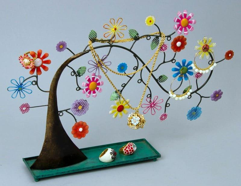 Интересное деревце сохранит ваши вещи в целости и сохранности