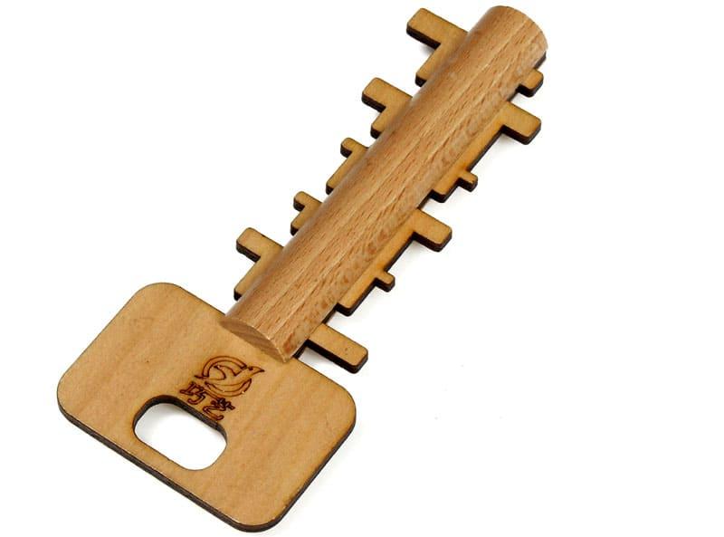 ФОТО: www.racer.lt Заготовкой из дерева можно открыть входную дверь