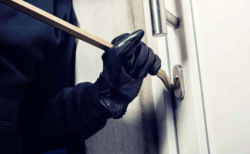 ФОТО: rechenberg.com.au При помощи лома можно немного отжать полотно от коробки