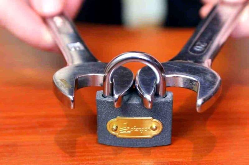 ФОТО: countryhouse4u.com Вскрыть дужку можно при помощи гаечных ключей