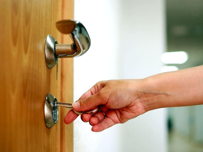ФОТО: locksmithcare.com Можно попробовать подобрать похожий ключ. Такой вариант часто подходит для простых замков