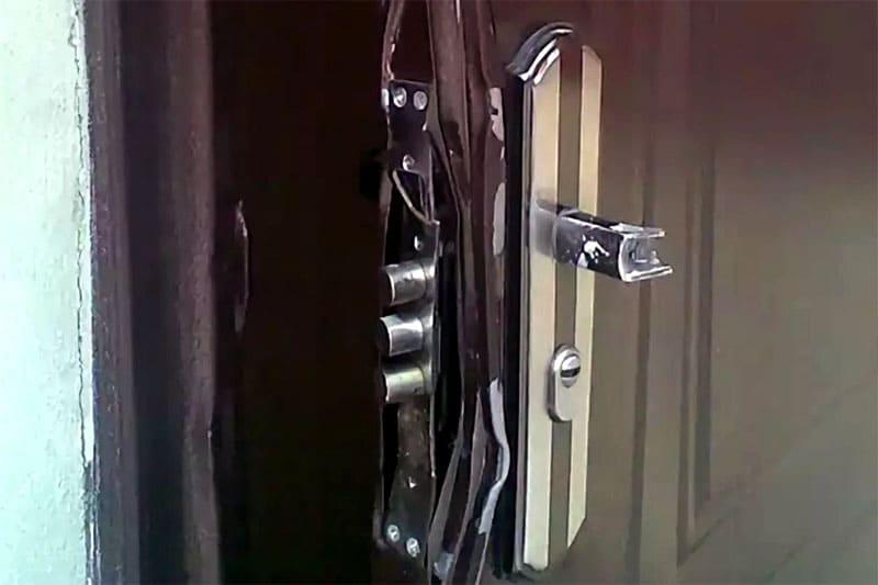 ФОТО: zamok2000.ru Неправильные действия по вскрытию замка приведут не только к его порче, но и замене дверей