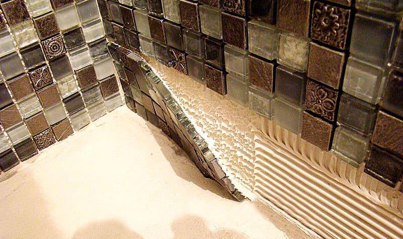 Фото: http://proplitki.ru Двухкомпонентный эпоксидный клей отлично подойдёт для условий высокой влажности – ванная комната, сауна, бассейн и т.п.