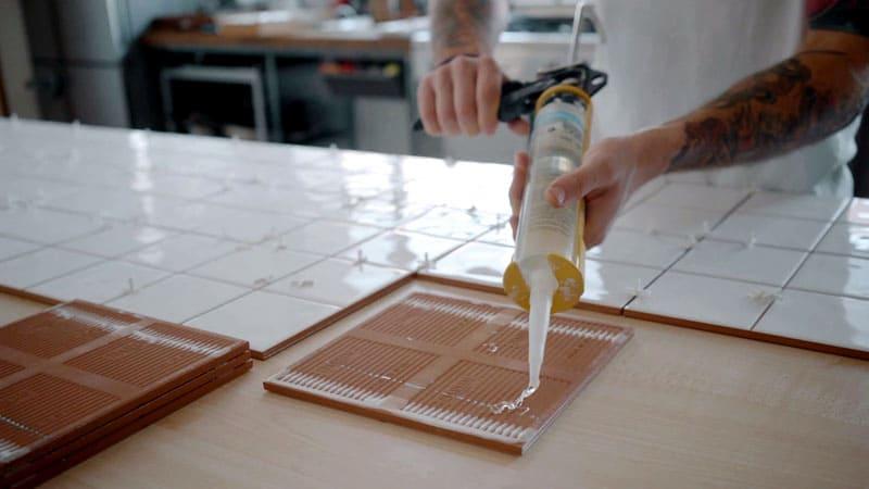 ФОТО: tilerstoolsbrisbane.wordpress.com В подобном виде полиуретановый клей встречается под названием «жидкие гвозди»