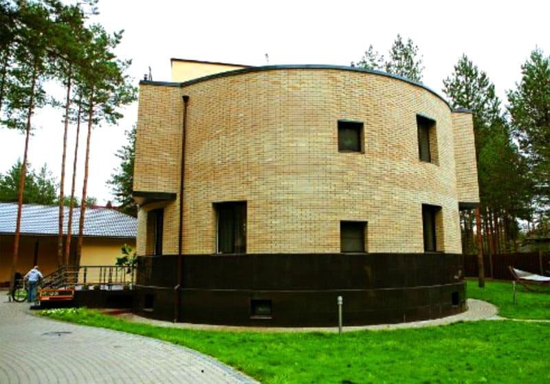 Фасад дома облицован декоративной плиткой «под кирпичик»