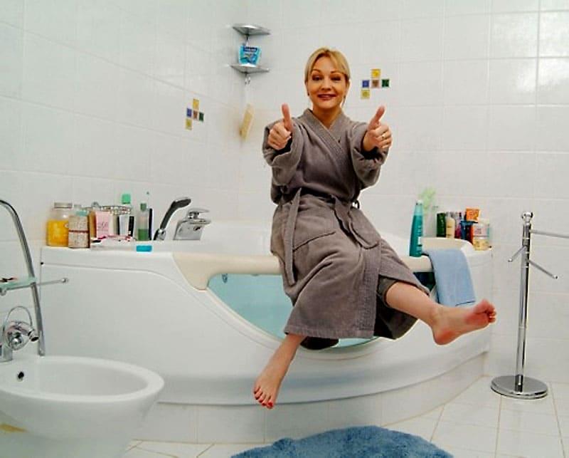 Из спальни супругов есть выход в ванную комнату, которую украшает необычная угловая ванна с прозрачной стенкой