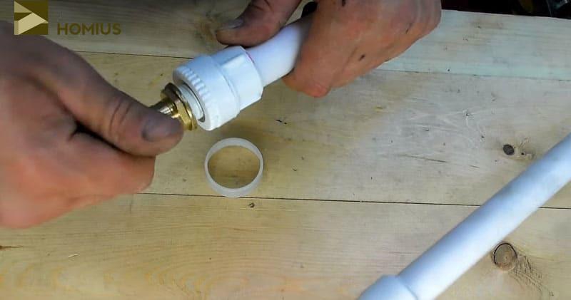 Проверяем прочность стыков и соединений. Одну сторону закрываем заглушкой