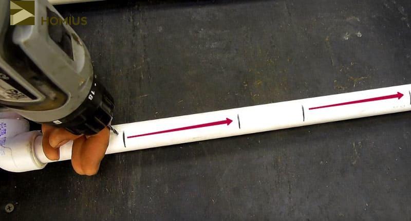 В местах, не укрытых досками последовательно просверливаем ряд отверстий (не насквозь трубы, только с одной её стороны) для выхода воды