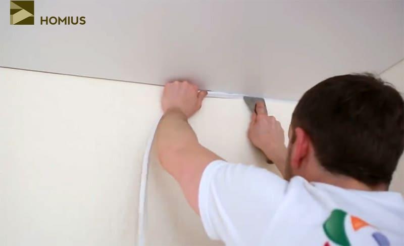 Установка маскировочной ленты, скрывающей зазор между стеной и полотном натяжного потолка