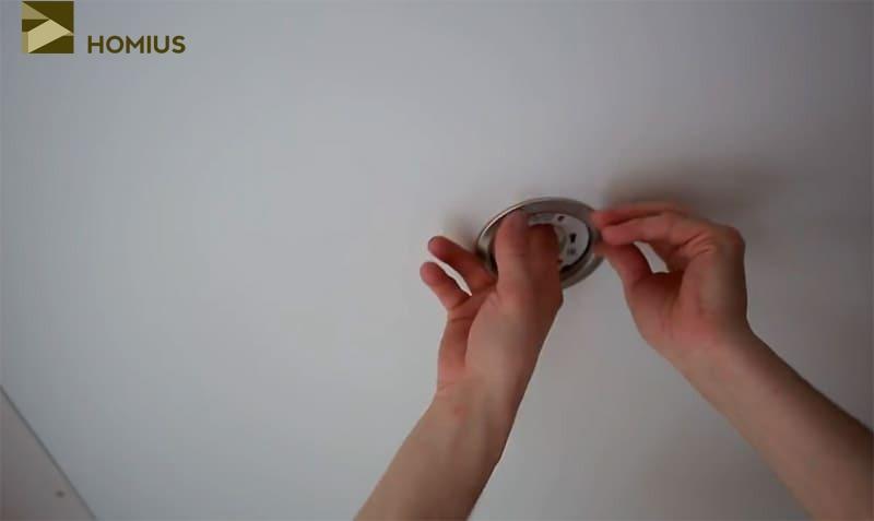 Подключение и установка точечных светильников в натяжном потолке