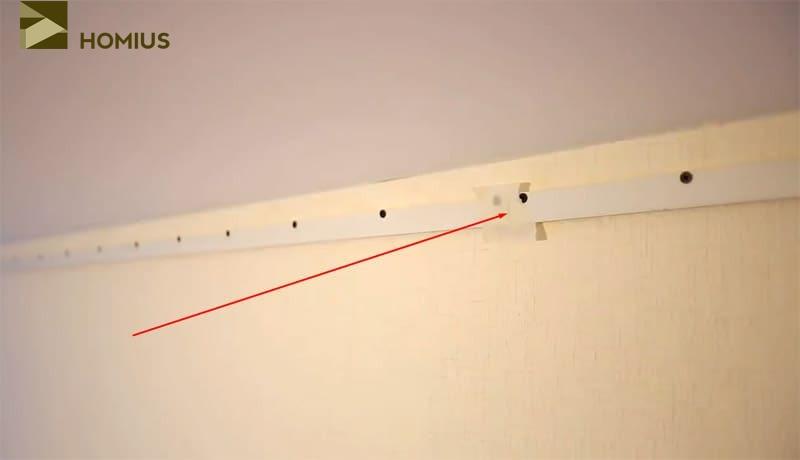 Проклеиваем места соединений отдельных частей стенового багета