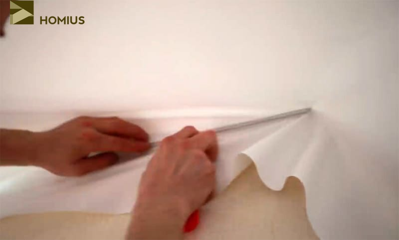 Проходим шпателем вторую сторону полотна, стараясь сделать натяжку как можно сильнее