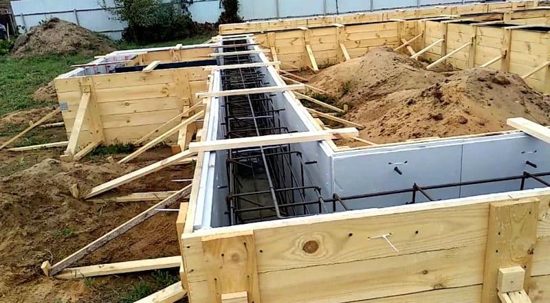 ФОТО: aipassivhaus.com Фундамент заливают таким образом, чтобы он находится не под всей площадью здания, а только под несущими стенами