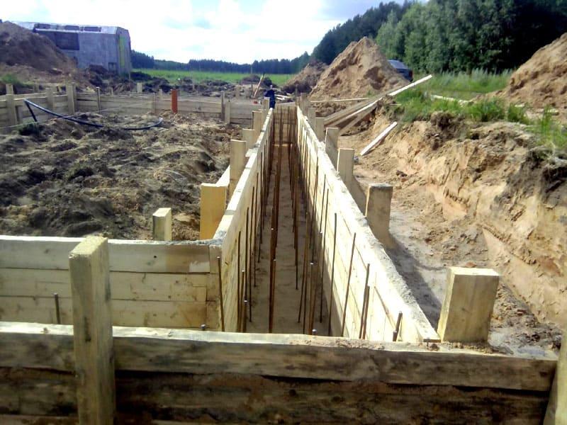 Монтаж досок осуществляют по обе стороны выкопанной ямы