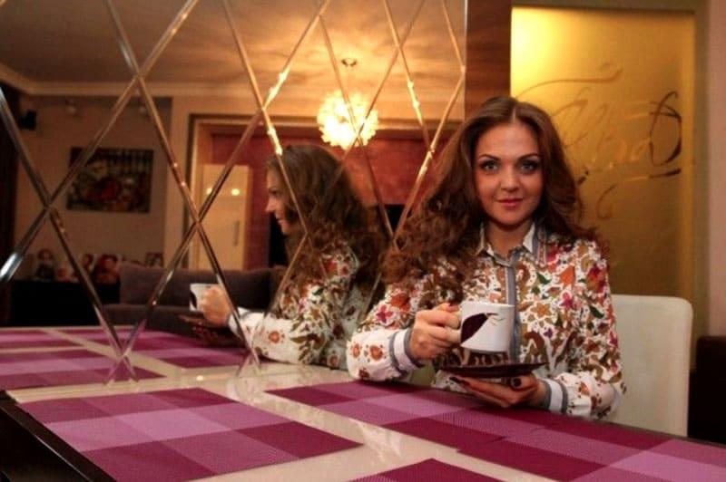 ФОТО: fashion-int.ru Удачное решение для небольшой квартиры – обилие зеркал, они раздвигают пространство