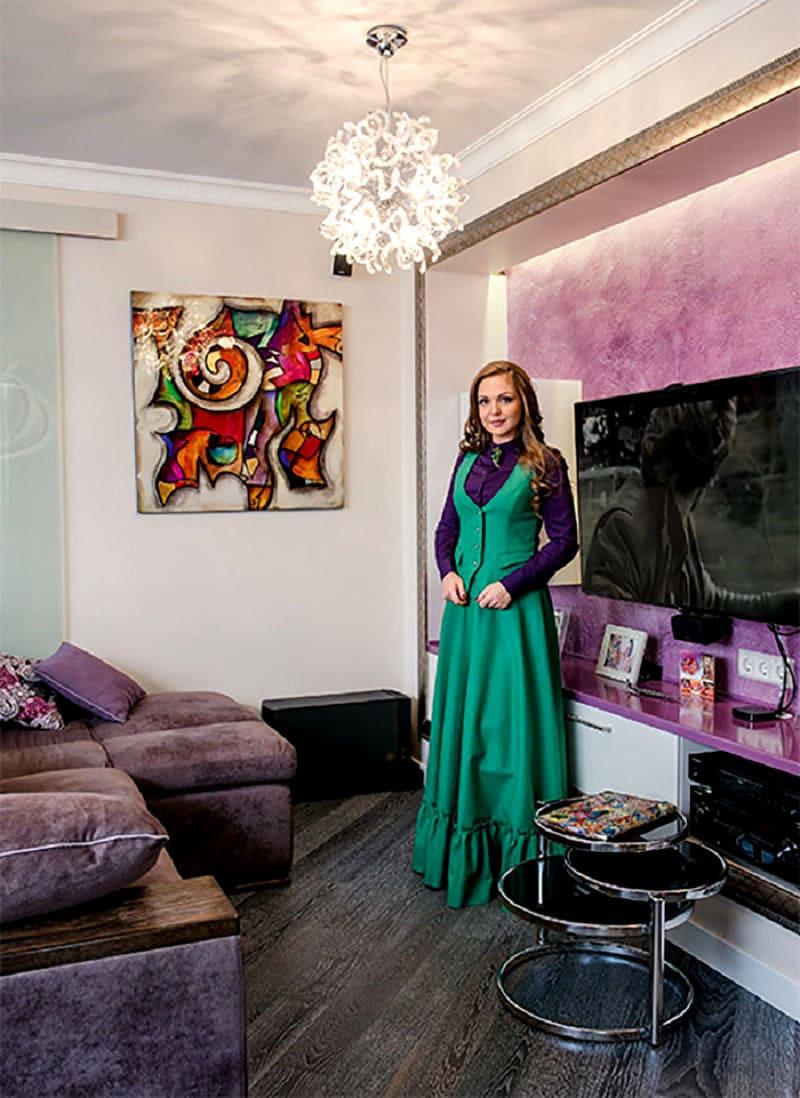 ФОТО: fashion-int.ru Телевизор установлен в портале из гипсокартона, в верхней части которого встроена скрытая подсветка