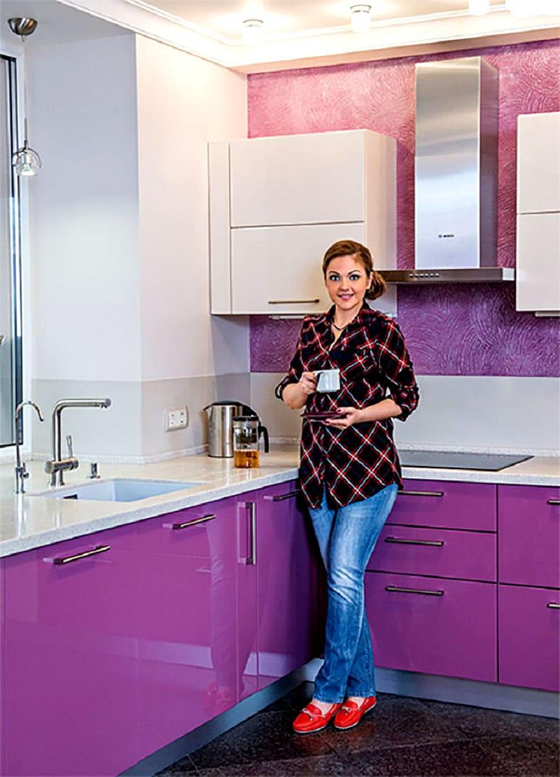 ФОТО: fashion-int.ru Цвет фуксии мебельного гарнитура удачно гармонирует с белым и серым
