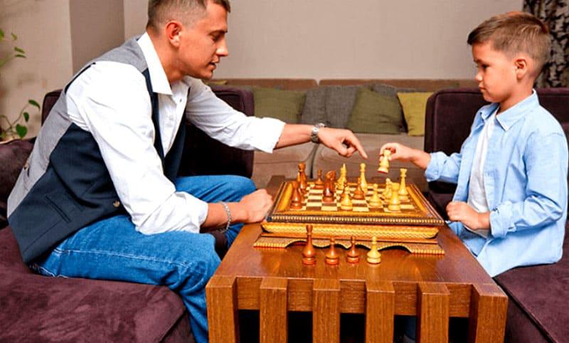 ФОТО: instagram.com/agataagata В свободное время Павел учит играть сына в шахматы