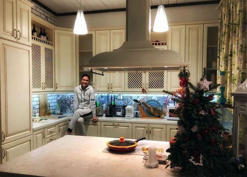 ФОТО: instagram.com/agataagata Кухня выполнена по индивидуальному проекту в одной из столичных мастерских