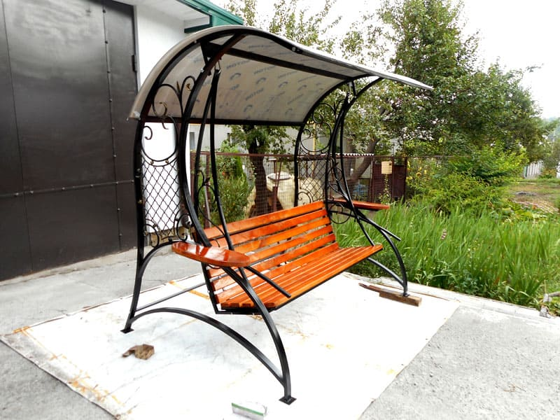 ФОТО: krainamaystriv.com Вместо брезента можно использовать поликарбонат. Необходимо проследить, чтобы лист располагался слегка наклонно, позволяя каплям дождя свободно стекать вниз