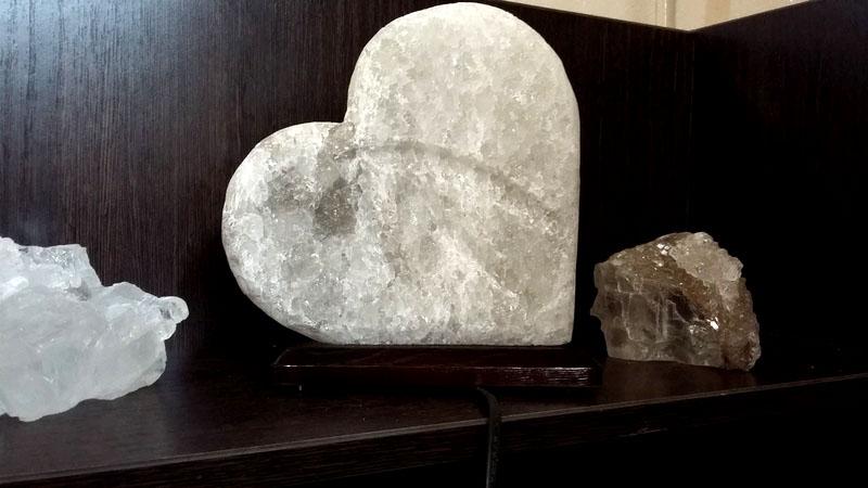 Не верьте продавцам, утверждающим что светильник в форме сердца лучше всего подходит для лечения его недугов – это всего лишь коммерческий обман