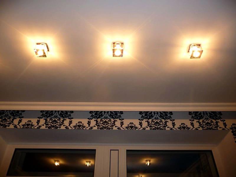 ФОТО: remoskop.ru Потолок решили сделать натяжным. Вместо центральной люстры выбрали точечную подсветку