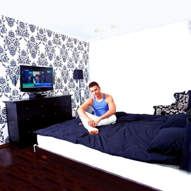 ФОТО: kvartiravmoskve.ru Напротив кровати сделали акцентную стену, узоры на обоях перекликаются с рисунком в гостиной