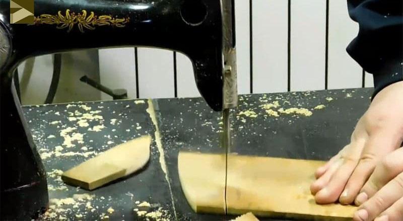 Испытания стационарного электрического лобзика, сделанного из швейной машинки, прошли отлично