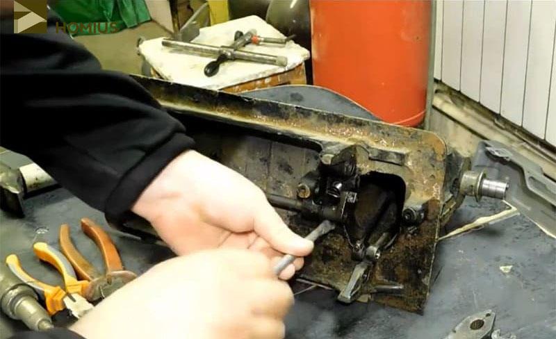Откручиваем винты и убираем в сторону ненужные детали механизма швейной машинки