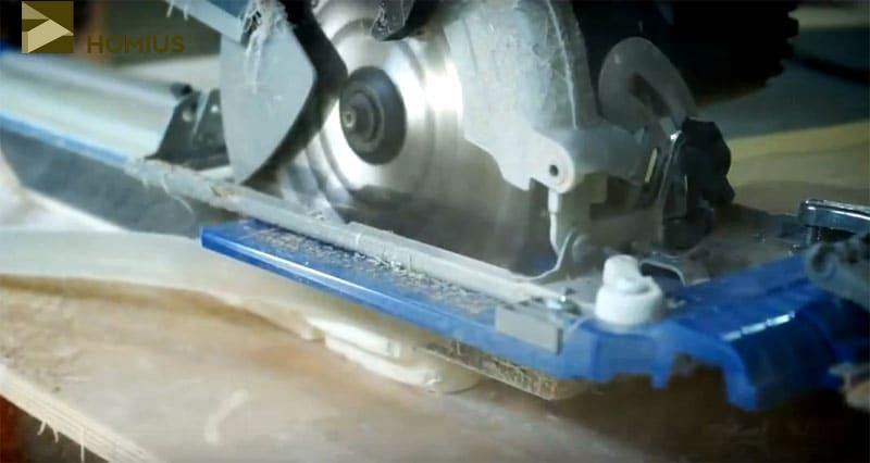 Подрезаем торцы столешницы ручной циркулярной пилой