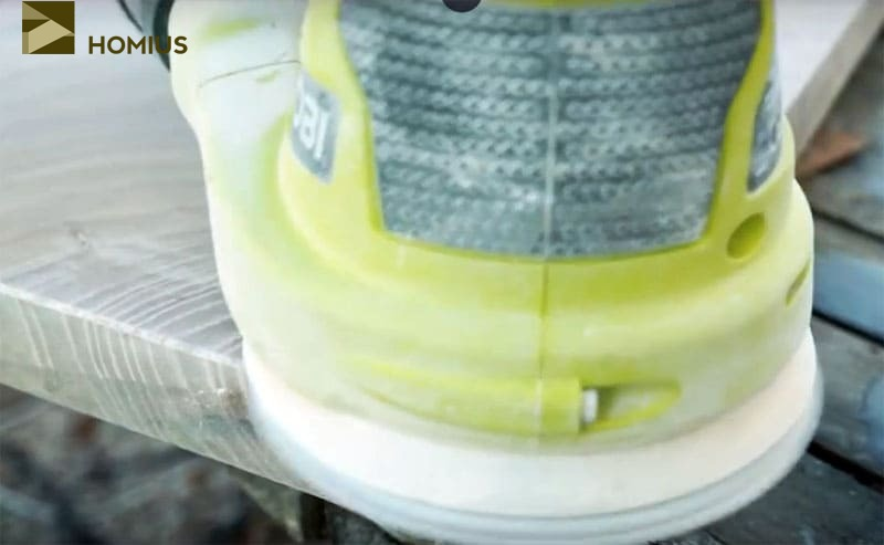 Обработка производится, начиная с более крупной наждачной бумаги, постепенно уменьшая зернистость