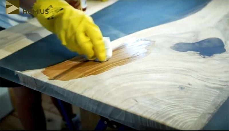 Нанесение первого слоя масла для древесины на основе воска