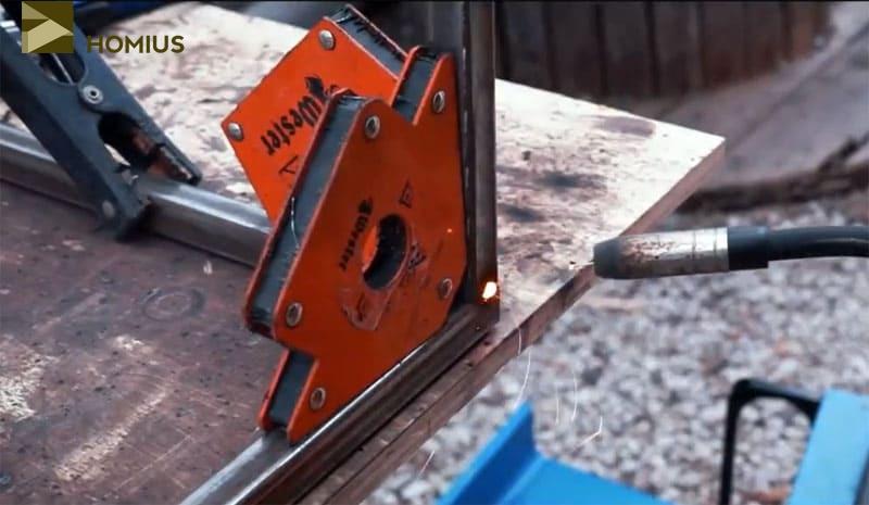 Ножки удобнее приваривать, используя угловые магниты, удерживающие деталь в нужном положении